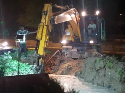 گزارش تصویری اجرای عملیات مرمت خط ۳۰۰ میلی متر انتقال آب در مرکز شهر توسط واحدهای عملیاتی شرکت آبفا اهواز